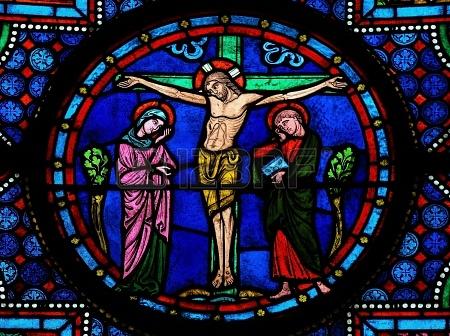 Vitrail représentant Jésus sur la croix entre sa mère et Jean. Cathédrale de Bayeux. Normandie. XVème siècle.